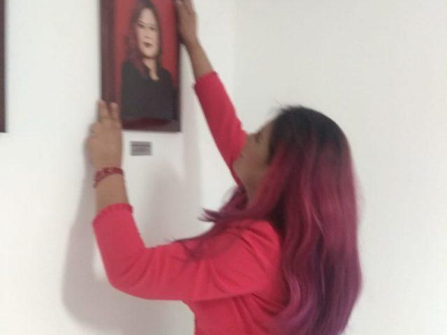 Rocío Campos se despide de Infocol, coloca su foto en el mural de comisionados presidentes